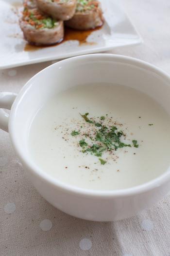新玉ねぎの甘さは、ぜひポタージュで味わって!牛乳で作るあっさりとしたスープは、温かくてもおいしいですが、冷製にすることでよりすっきりとした味わいに。