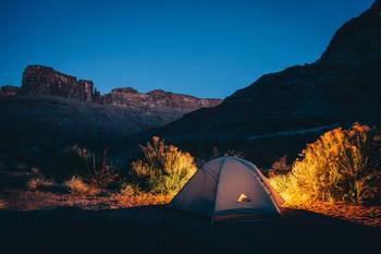 夏と言えば、キャンプもおすすめ。 自然を感じる、いつもとは違う夜時間を過ごすことができます。