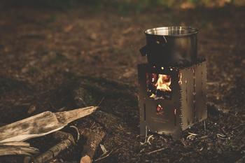 キャンプでは外せないのが、キャンプファイヤー。 野外で料理や散策を楽しんでみるのも良いですね。 スマートフォンやパソコンなどに解放されて、キャンプだけを楽しんでみるのも素敵です。