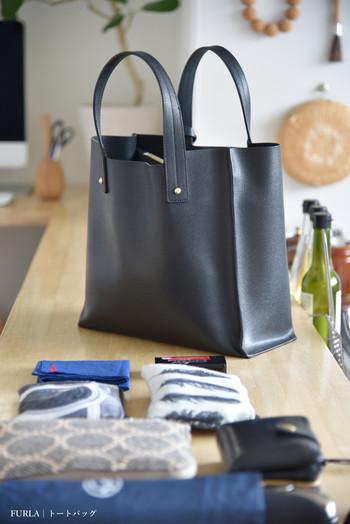 まずはバッグの中身を全部出してみます。財布やスマホ、化粧品、文房具などのほかに、あまり必要のなさそうなものがいっぱい入っていませんか?ポイントカードや街でもらったポケットティッシュが何個も入っていたりしていませんか?
