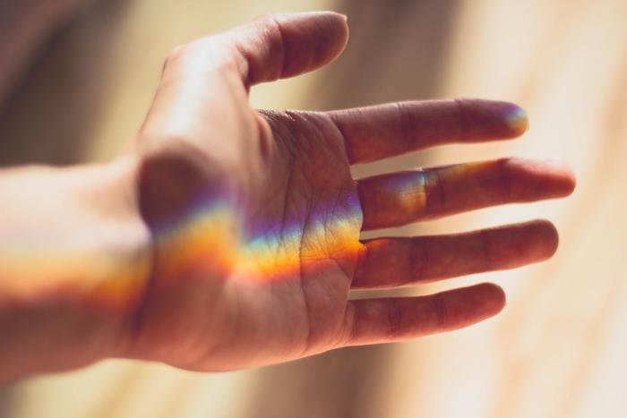 「祈りのポーズ」 ①膝を曲げて左右に開きます。両足のつま先を立て、かかとにお尻をのせます。顔の前で合掌のポーズをし、両手の親指を顎の下でささえます。そして息を吸う。 ②5秒かけて身体を逆にひねり、斜め上を見るように、同じ要領で顎の下を親指で押さえます。 ③息を吐きながら顔をもとに戻し、正面を見ます。背筋をまっすぐに意識し、これを左右交互に3回ずつ繰り返す。