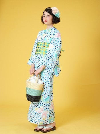 トレンドの大正ロマンなレトロ柄には、同系色のかごバッグを。ガーリーなデザインの浴衣は、色味を揃えると普段使いのバッグが合わせやすいですね。