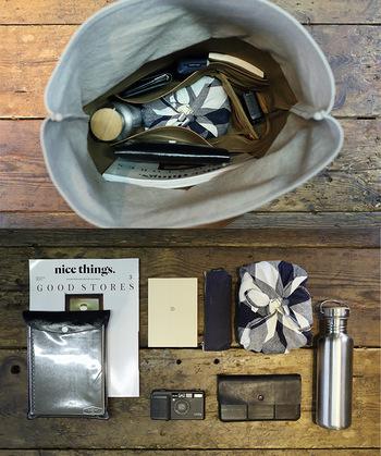 ポーチや袋にカテゴリー別に必要なものを入れたら、バッグの中に定位置を決めて収納します。いつも同じ位置にものがあると、すぐに取り出したい時にあわてずに済みます。