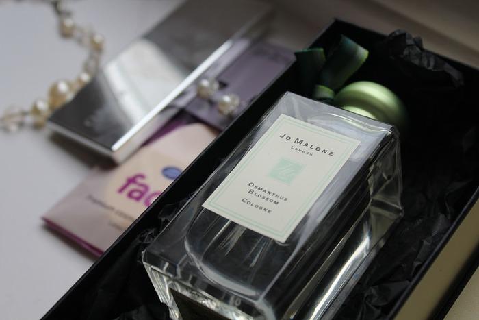 香水は濃度別にパルファム、オーデパルファム、オーデトワレ、オーデコロンの4種類に分けられます。香りが一番強く持続時間が長いものはパルファム。順に濃度、香りの強さ、持続時間が下がっていきます。オーデコロンは、さっぱりと香り、持続時間も長くないので、香りの強いものが苦手な方や、香水は初めてという方にもおすすめです。