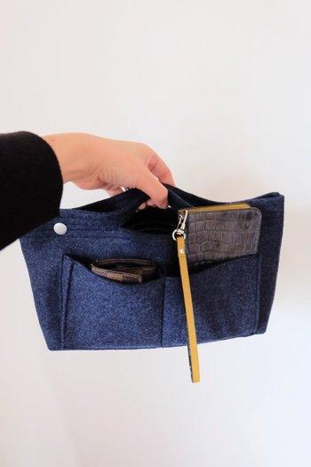 丈夫なフェルト地でポケットもたくさんあるので、バッグの中の整理に役立ちます。持ち手つきなので、ちょっとそこまで!という時には、このまま持って行けますね。