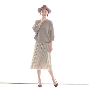 グレイッシュなカラーでまとめたワントーンコーデ。サマーニットにチュールスカートのふんわりとした素材感が優しいニュアンスをプラスしています。キャメルの帽子と靴で柔らかく引き締めて。