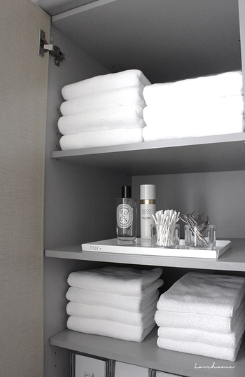 鏡裏や、壁際の収納棚にはバスタオルやタオル、ハサミやコットンなどかさばるもの、散らかりやすいものを目隠し収納♪