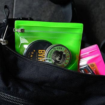 小さなジッパーバッグはバッグの中でも便利な存在。薬や絆創膏など小物入れにしても良いですね。蛍光カラーでバックの中で目立ちやすいのも◎