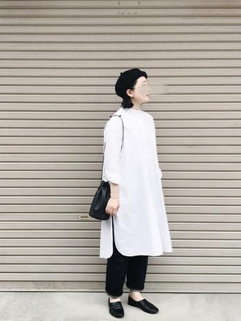 こちらのシャツワンピースとパンツはYAECAのもの。REN(レン)の巾着型バッグなど、ワンピース以外はすべてブラックで統一してシャツワンピが主役のモノトーンコーデに。