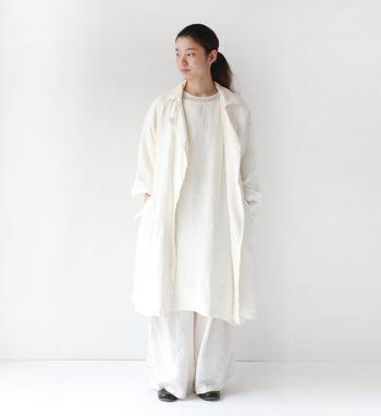 膨張色である白色のアイテムは、タイトなデザインを選びがちですが、ボリューム感のあるアイテムを使うと一気に今年らしく仕上がります。