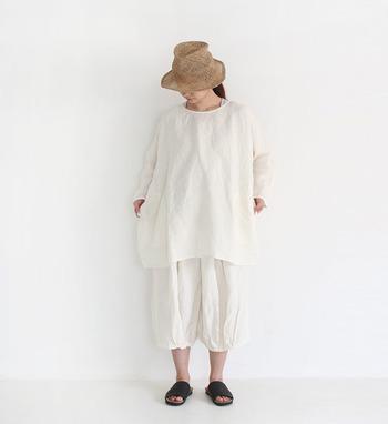 夏ファッションの定番でもある麦わら帽子は、白コーデとの相性も抜群です。