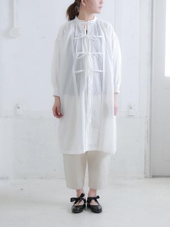 紫外線予防にもなる袖の長いアイテムも、透け感があるシャツなら清涼感が出るので爽やかなコーデが作れます。