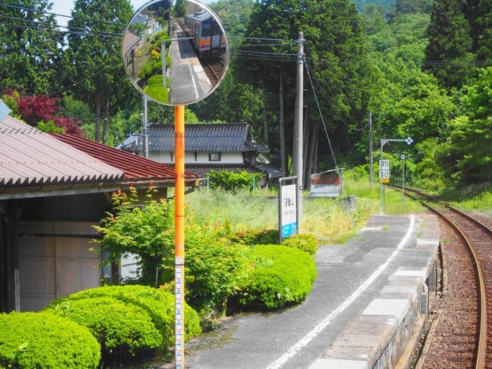 岡山県備中神代駅と広島県広島駅を結ぶ芸備線沿線の道後山駅は、芸備線沿線最標高の場所に位置する無人駅です。かつて高尾原スキー場へのアクセス拠点として賑わったものの、スキー場が閉鎖された今、道後山駅は、1936年に開業されたから80年以上もの時間を静かに刻み続けています。