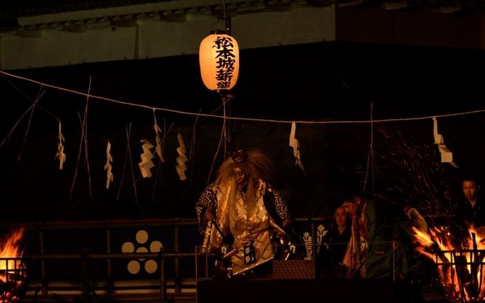 薪能(たきぎのう)とは、夏の夜に行われる能楽のこと。 薪を燃やしながら行うため、その名がつきました。 大阪や東京、名古屋など各地の神社で行われています。 日本の伝統芸能を間近で鑑賞してみませんか。
