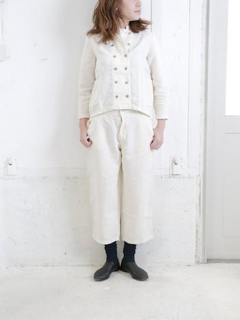 靴下が見える長さのパンツを選べば、足首をキュッと細く見せる効果も。着太りせず、スマートな着こなしに仕上げるコツです。