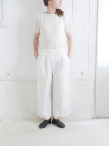 膨張しやすい白色のみでコーデを作る時は、足元に「黒」を使うと引き締め効果でメリハリのあるスッキリとしたコーデが作れます。