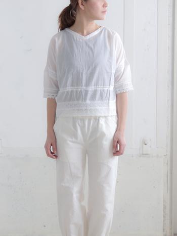 白色アイテムのデメリットになりがちな透け感は、インナーにブラックを取り入れてさりげない引き締め効果をプラスしましょう。涼しげな印象のコーデになるので、夏のファッションにピッタリです。