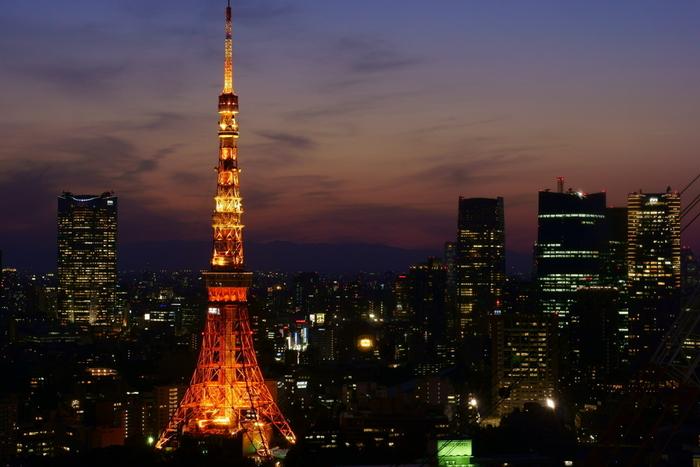 都会の真ん中にたたずむ東京タワー。灯りの消えない街にもマジックアワーは訪れます。ふと足を止めて、ビルの間から見上げたい美しさです。