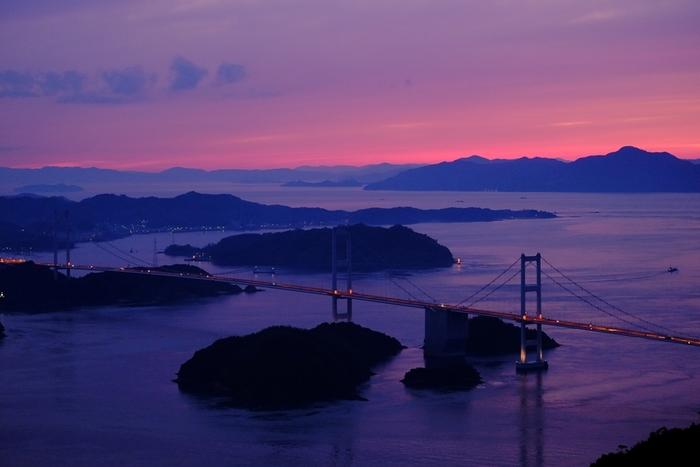 マジックアワーとは、日没後に数十分程度だけ見ることのできる薄明の時間帯のことを言います。色合いがソフトで暖かいのが特徴です。