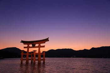 空と鳥居、漆黒の山並みを美しく浮かび上がらせるマジックアワーを迎えた厳島神社。この時間は、鳥居をより神々しく見せてくれますね。