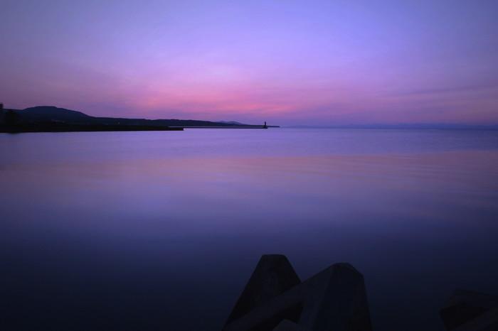 波がなく穏やかな青森県の陸奥湾。どこまでも広がる海の広さと色が印象的です。