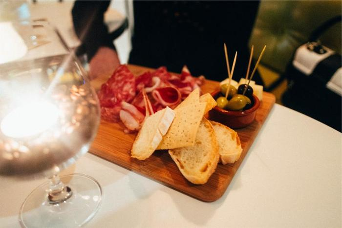 美食の国フランスですが、普段の食事はいたって質素。美味しいバケットとワイン、チーズがあればフランス人は幸せなのです。さらに、パテやサラミがあれば言うことなし。