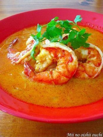 レッドカレーはタイカレーの一種で、タイ語では、ゲーン・ペッ(=汁物・辛い)といいます。海老が主役のレッドカレーは旨みがあって、奥深い辛さとよく合いますよ。