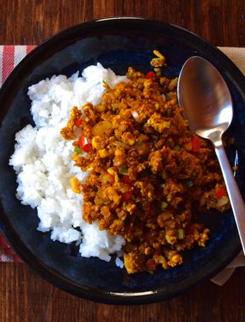 まるでひき肉みたいな食感に!焼き豆腐を使ったボリューミーなドライカレーのレシピです。食べ応えもあって、ダイエット中の人にもおすすめ♪