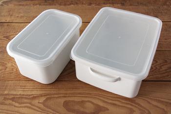 ぬか漬けを作る上でこんなに便利なアイテムも。こちらは野田琺瑯の「ぬか漬け美人」。冷蔵庫の棚にすっぽり入るサイズ感。琺瑯なのでお手入れも簡単でいつでも清潔に利用できます。水分調整が楽にできる水取器も付属されているので、よりお手軽にぬか漬けが作れますよ。