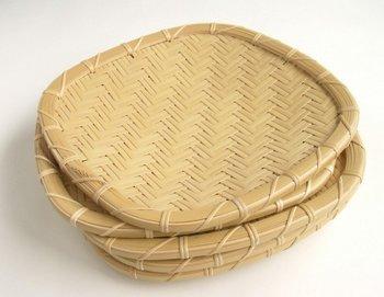 手仕事や自然との暮らしを心地よいとする人のために、国産の上質な竹を丁寧に美しく編み込んだ盛り皿。枝豆、そうめん、季節の和菓子にもぴったりですね。 作り手:林まさみつ