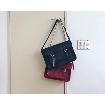 こちらはnaokoさんお気に入りの「Zatchels(ザッチェルズ)」の素敵なバッグ。知的なネイビー&上品なレッド、どちらも英国ブランドらしいクラシカルなデザインがおしゃれですね。新しくオーダーしたネイビーの14.5インチのバッグは、オプションでショートストラップにしてもらったそうです。自分好みにカスタマイズできるのは嬉しいですね☆