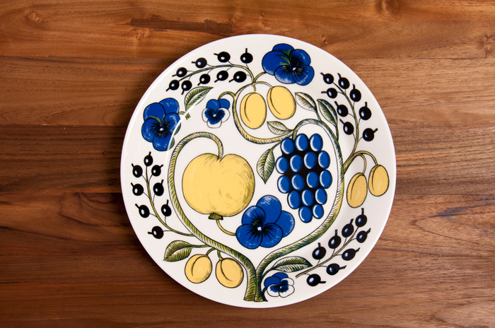 料理をたくさん盛っても、際まで描かれた華やかな絵柄がテーブルに彩りを添えてくれます。