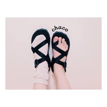 斬新なストラップ形状が特徴の「CHACO(チャコ)」のサンダル。アウトドアはもちろん、タウンユースにも使えるおしゃれなデザインが魅力です。shi.さんお気に入りの一足は、親指のループストラップが付いたZ/2タイプ。ちなみに親指のストラップを引っ張ると、ループがなくなって靴下でも履けるそうですよ♪