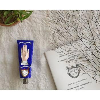 日本でも注目されているパリの人気ビューティストア「BULY(ビュリー)」。naokoさん愛用のハンドクリームは、ちょっぴりシュールでおしゃれなパッケージが印象的です。なめらかで伸びが良く、手肌に潤いを与える高い保湿力も魅力。