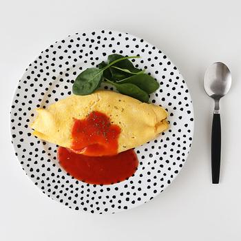 個性的なドット柄のディナープレート。オムライスやハンバーグなど洋食におすすめのデザインです。