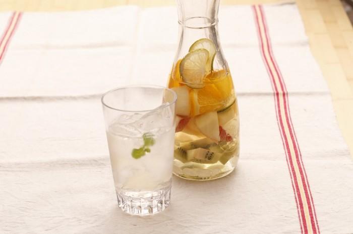 手頃なテーブルワインにお好みのフルーツを漬け込むだけ♪簡単だけど、夏らしい爽やかさが楽しめるフルーツカクテルです。トニックウォーターなどで割って微炭酸仕立てにするとさらにスッキリ。100%のぶどうジュースなどで、ノンアルコールで作ってもOK。