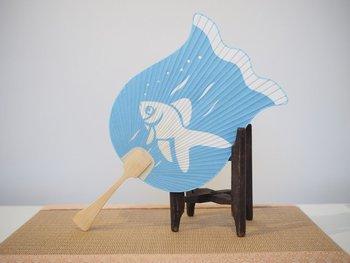 ゆらゆら泳ぐ金魚がとっても涼しげです。飾っても良し、使っても良しの切り絵うちわ。 作り手:大川司