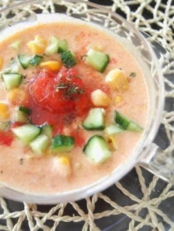 食欲のない朝や、週末のブランチにおすすめの食べる冷製スープ。ヨーグルトとトマトの爽やかな酸味が身体をシャキッと目覚めさせてくれますよ。