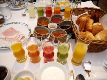 フランス料理界の重鎮、ベルナール・ロワゾー氏から公式に受け継いだ「世界一」と称される朝食が食べられるのも魅力のひとつ。焼きたてのパンに手作りのコンフィチュール、国産のハチミツやハムなど、ここでしか味わえない品々が食卓を彩ります。