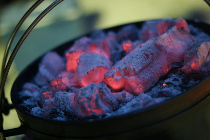 下からだけでなく、蓋部分にも炭を載せて加熱できるのがダッチオーブンの特徴。こうすることで全体に熱が回り、むらなく調理できるんです。