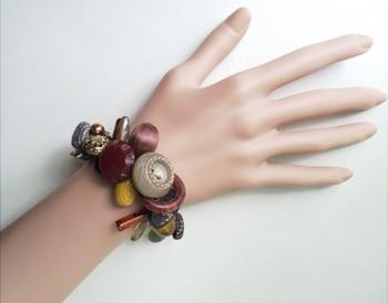 アンティークボタンをはじめ、アクリルパーツやガラスビーズなどをラメ糸でつないで作ったブレスレット。デコボコボリューミーなブレスレットは、手首を華やかに彩ってくれます。