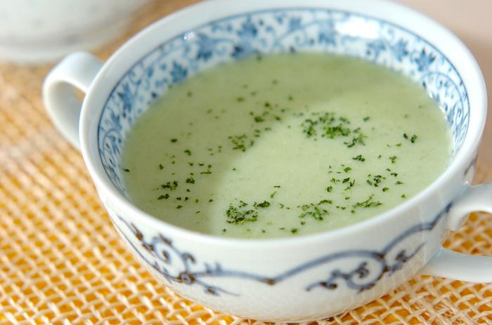 きゅうり、玉ねぎ、じゃがいもを使ったポタージュ風冷製スープ。本当にきゅうりが入っているのかと疑ってしまうくらい、青臭さもなく飲みやすいスープです。おもてなしのちょっとした話題作りにもよさそうですね。