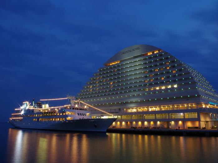 270度海に囲まれた豪華客船のようなリゾートホテル。白い波をイメージしたフォルムは、神戸のシンボル「ポートタワー」などの周辺風景に溶け込むように計算されたデザインだそう。エメラルドブルーのライトアップが美しい。