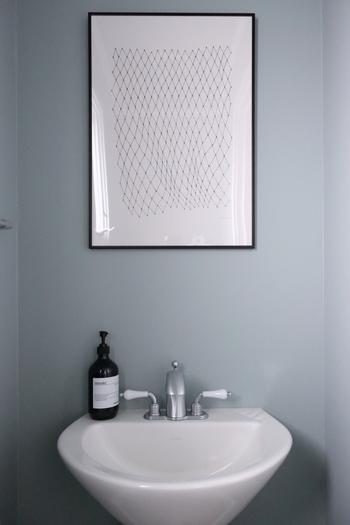 シンプルなトイレには、モノトーンのbastisrikeのポスターを。 スタイリッシュな空間です。