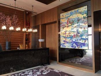 フロントは最上階に設けてあり、全面ガラス張りの窓が。訪れた人々が六甲の山々や神戸の街並みを堪能できるように配慮されています。