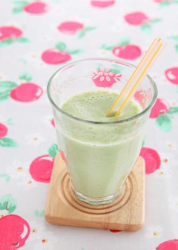 グリーンアスパラガスが少し余った時はスムージーにしてもいいですね。さっと茹でたアスパラとりんごを、ヨーグルトと牛乳でのばします。