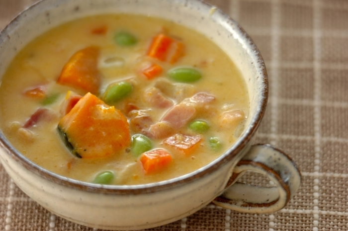 白味噌仕立てのほっこり優しい豆乳スープ。かぼちゃは食べ応えのあるように大きめに切り、枝豆もふんだんに入れましょう。白いスープに山吹色と黄緑がとても綺麗で食欲をそそります。