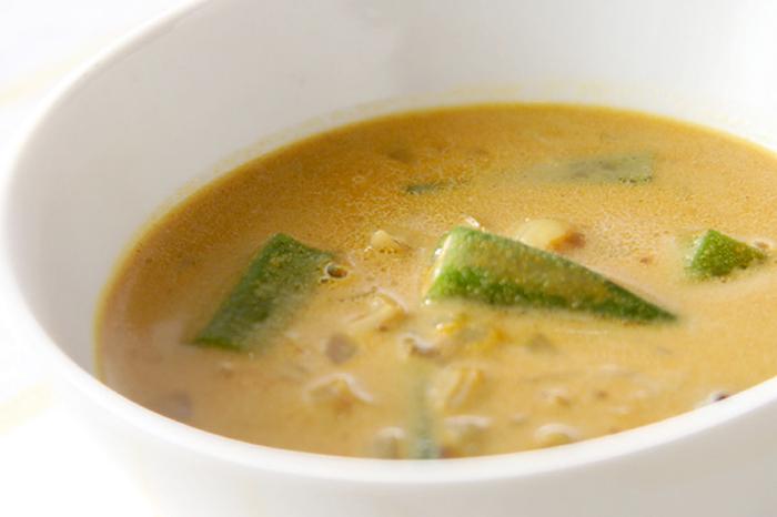 オクラのネバネバで、少しとろみのついたスープは喉ごしつるん♪この時期に元気を与えてくれるカレー風味でいただきましょう。