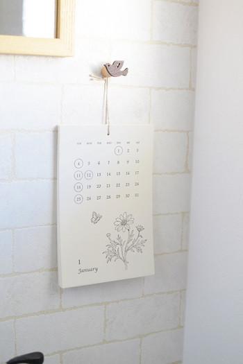 ナチュラルなトイレに、小さくて優しい雰囲気のカレンダーを下げて。