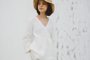 夏の定番、白トップス。 胸元が深めに開いているので、中にキレイ色を差してもいいですね。